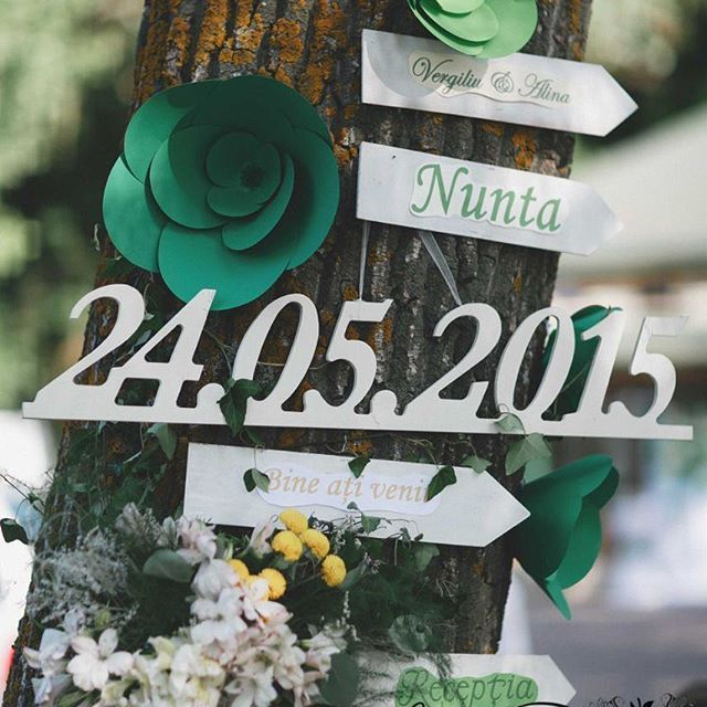 Cum sa nu sa se rataceasca oaspetii la eveniment daca nunta are loc in natura? - sunt necesare indicatoare cu directiile necesare ;) ➡🌺️⬅️  #solodecormd #decor #decoration #florist #decorator #weddingdecor #nuntainmoldova #nuntamoldova #nuntainmoldova #weddingideas #flowers #weddingaccessories #weddingday #weddingdecoration #green #greenwedding #paperflowers #🌿 #greenflowers