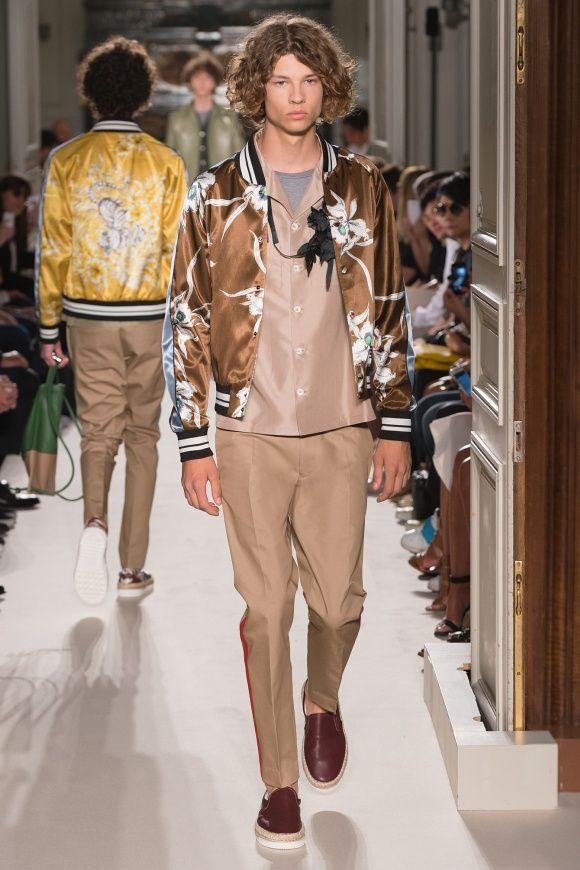 「VALENTINO」トレンドのスカジャンを、 ベージュのトーンで着る。