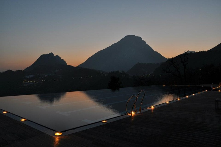 "La piscina infinity durante l'iniziativa ""m'illumino di meno""  http://it.blog.lefayresorts.com/2012/02/uniniziativa-da-supportare-millumino-di-meno/"