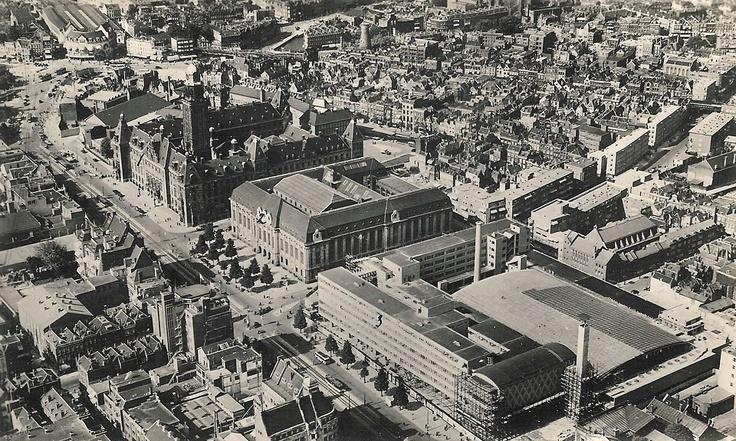 Een luchtfoto van de Coolsingel in 1939, vlak voor de oorlog. Alle gebouwen zijn nog intact. Te zien zijn onder andere het Hofplein, stadhuis, postkantoor en het Beursplein. De foto is van skyscrapercity.com, maar de rechten liggen bij de Koninklijke Landmacht.