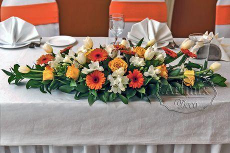 Оранжевая цветочная композиция с герберами, розами, фрезией и тюльпанами