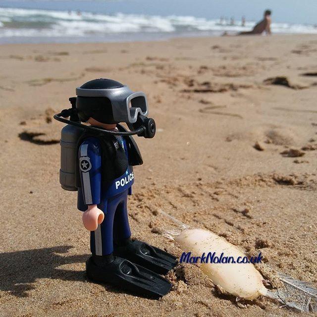 Oh no! A body! #playmobil #police #policia #diver #beach