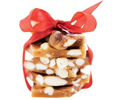 Snabblagat, enkelt och fullkomligt gudomlig knäck med hackade cashewnötter, hasselnötter och valnötter. Underbart julgodis som du enkelt tillagar i mikron. Det är svårt att hålla fingrarna i styr när man vet att dessa godbitar finns i kylen.