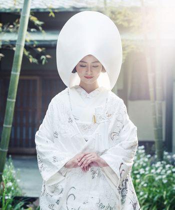 控えめに入ったシルバーの柄が美しい…! 高級感のある白無垢まとめ。上質でラグジュアリーな花嫁衣装の参考に☆