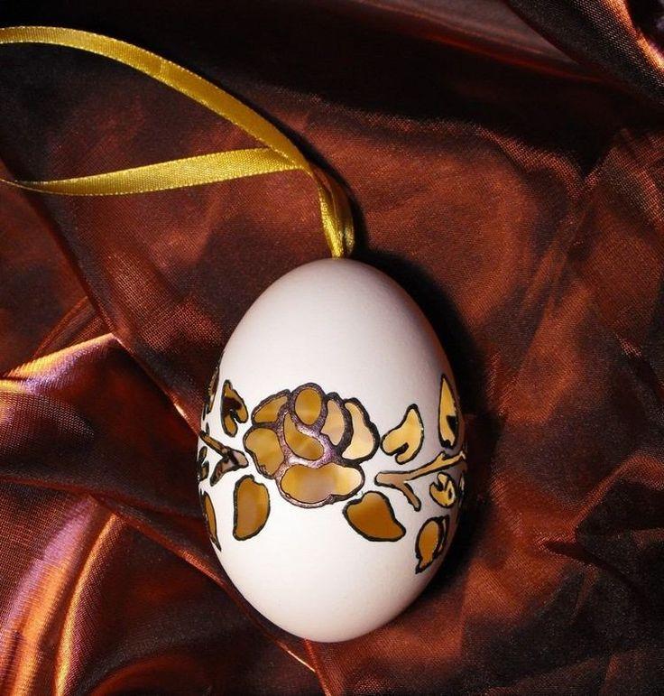 Osterei mit perforiertem Rosenmuster als Geschenk