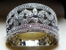 39 diamanten van ca. 0,18 ct. Brede ring in vintage-stijl van 925 zilver.