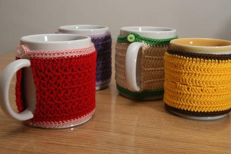 ¿Te apetece una bebida caliente?  Cozy mug  #crochet  http://abejitas.org/es/articulo/taza-acogedora