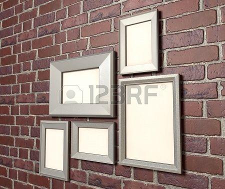 Platen aan de muur in stalen lijsten geeft een modern en strak effect.