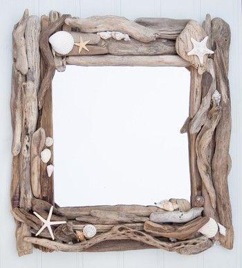 鏡のまわりに流木をしきつめてフレームを作るアイディア。貝殻のアクセントがかわいらしいデザインミラーです。