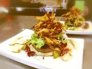 """Hamburguesa de buey con cebolla confitada y chips de yuca, en la nueva carta de """"Al Son del Indiano"""""""