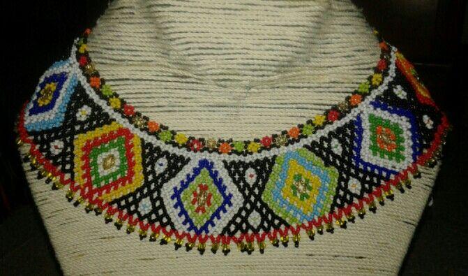 Hermoso collar en mostacilla checa modelo INDI