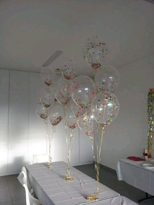 Utiliza globos transparentes para darle un toque único y diferente a la decoración de tu fiesta. Puedes conseguir estos globos en tiendas e...