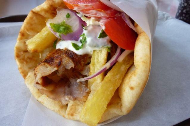 La pita greca nella sua versione gyros è la regina dello street food, ma può anche accompagnare diversi piatti, come la moussaka, o essere servita con mille salsine. Scopriamo insieme come prepararla