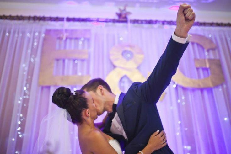 Ewelina i Grzesiek | Widać robione przez nas inicjały | www.slubnawzorcownia.blogspot.com | #wedding #decoration #weddingdecoration #bride #groom #kiss