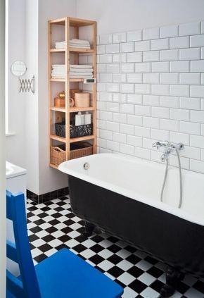 idées pour petite salle de bain avec un sol damier et baignoire en