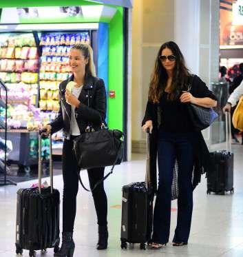 Yasmin e Luiza Brunet exibiram beleza e estilo em aeroporto: a filha usando peças modernas, como jaq... - AGNews, William Oda