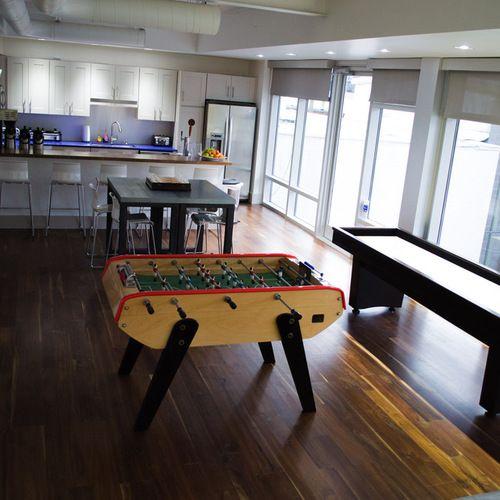diseo de sala de juegos en casa abierta con paredes blancas y suelo de madera oscura sala de juegos pinterest photos adult games and