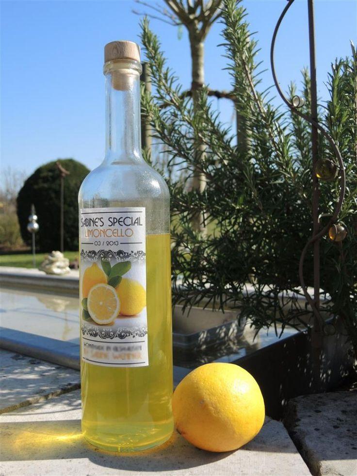 Limoncello, diesen fruchtigen Zitronenlikör bekommt man hier leider selten im Supermarkt zu kaufen. Mit ein bißchen Geduld für die Wartezeit kann man ihn aber ganz einfach selber herstellen. Dieser typische Sommerlikör schmeckt am besten gut gekühlt, entweder pur, auf Eis oder auch im Prosecco. Auch Kuchen und Desserts lassen sich damit wunderbar verfeinern. Limoncello ergibt