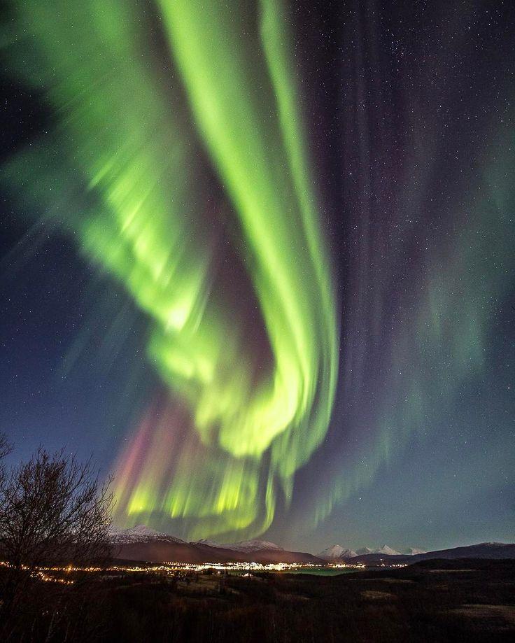 Aurora tours with this view as a starting point. Senja Island - https://visitsenja.info #ilovenorway #mittnorge #northernnorway #aurora #auroraborealis #instagram #northernlights #arctic #senja #senjaisland #visitsenja #visitnorway