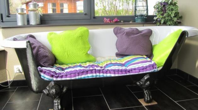 Une baignoire transformée en canapé