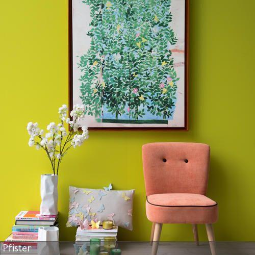 Diese farbenfrohe Leseecke fällt dem Betrachter vor allem durch die limettengrüne Wandfarbe ins Auge. Das Wandbild mit Blumenmotiv ist ein weiterer Hingucker. …