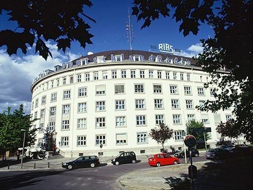 """RIAS Berlin bietet eine willkommene Alternative zum kommunistisch kontrollierten Ost-Rundfunk, Nicht von ungefähr avanciert der RIAS zum ideologischen Hauptfeind:  """" Wer nimmt ein Krokodil ins Bett? Wer hat gern Flöh' und Schaben? Wer stellt sich Gift aufs Speisebrett? Wer will den RIAS haben? """""""
