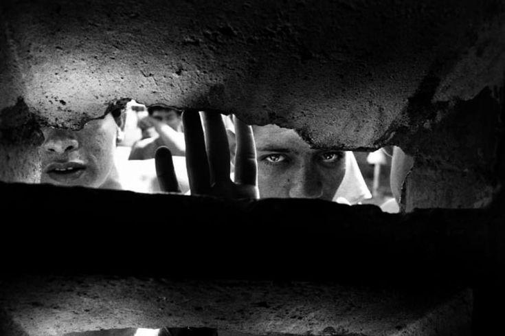 """''Sono fotografie di città, carceri formicai, carceri dove chiunque è condannato, poliziotti e detenuti"""". Roberto Saviano, autore della prefazione di ''Encerrados'' - rinchiusi - descrive così il lavoro del fotografo Valerio Bispuri. Un viaggio lungo dieci anni nelle carce"""