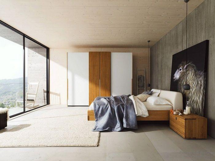 Приятная и комфортная обстановка спальни создана благодаря деревянным акцентам.