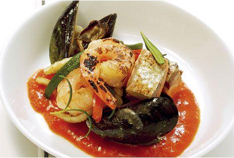 En saffransdoftande fiskgryta med lax, räkor, musslor, och grönsaker.