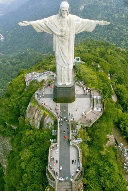 Cristo do Corcovado ,Rio de Janeiro, Brazil  Cristo Redentor... 38 Mts. La estatua de Cristo Redentor está situada a 709 metros sobre el nivel del mar, y se localiza en la ciudad de Río de Janeiro, en la cima del cerro del Corcovado. Tiene una altura total de 38 m, pero 8 m pertenecen al pedestal. Fue inaugurado el 12 de octubre de 1931,