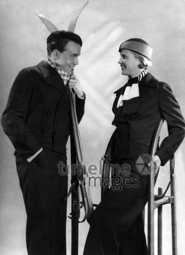 Moderne Skikleidung für die Dame und den Herren, 1934 ullstein bild - ullstein bild/Timeline Images #Wintermode #Skilaufen #Skianzug #Skimode #fashion #style #historisch #Mann #Frau #Nostalgie #Schlitten #Damenmode #Herrenmode