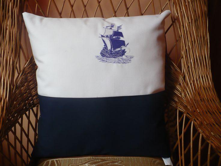 Ozdobna poduszka z wypełnieniem antyalergicznym i modnym motywem marynarskim.