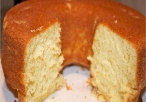 BOLO COLONIAL AMANTEIGADO Bata o açúcar, os ovos, a manteiga e as essências de baunilha e amêndoa até obter uma mistura bem cremosa. 2. Bata bem. Esta é a parte mais importante do