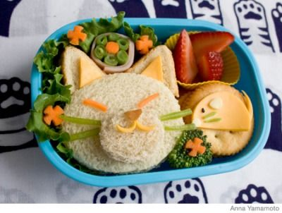 Here's how to make an easy cat bento lunch box using a sandwich, cheese and crackers