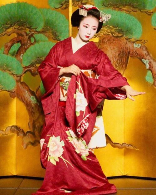 The maiko Fukunae performing.(Taken by jennifer and click here for the indivdual source)
