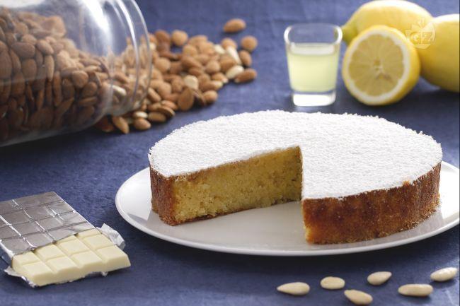 La caprese al limone è una variante profumata della classica caprese al coccolato, dolce tipico napoletano a base di mandorle e cioccolato bianco.