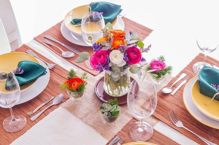 Centro de mesa. Almuerzo familiar. Flores ranúnculos-eucalipto-limonium.