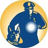 Guardia  de seguridad, con una linterna y un perro.