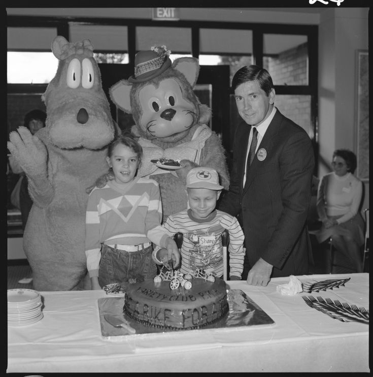 363327PD: Doopa Dog, Fat Cat, Ivor Davies and children with cake, Princess Margaret Hospital for Children, Subiaco, 26 July 1985 (Click to Start Zoom)