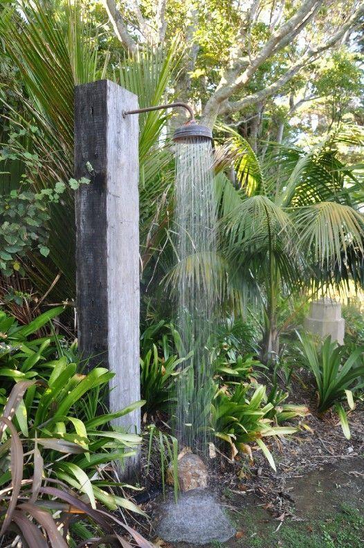 ¡Olvídate del ruido de la ciudad en tu propio jardín, inspírate con esta ducha para antes y después de la alberca!