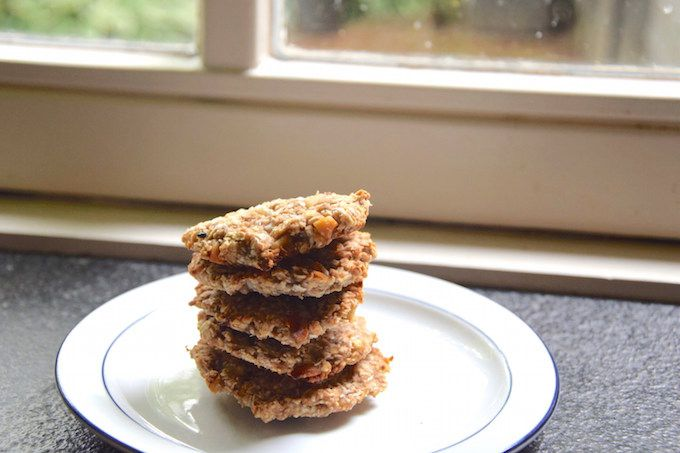 Deze gezonde en lekkere notenkoekjes maak je in een handomdraai. Je hebt maar 5 ingrediënten en 30 minuten nodig om deze koekjes te maken. Lees verder voor de