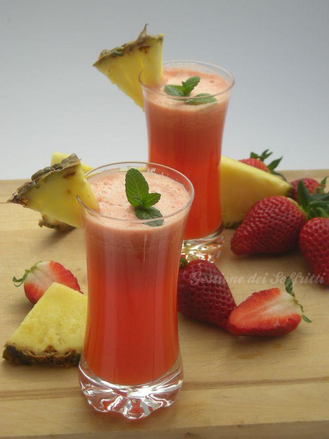 Centrifugato di ananas fragola e mela: un succo altamente diuretico e ricco di proprietà, dal sapore vellutato e rinfrescante.