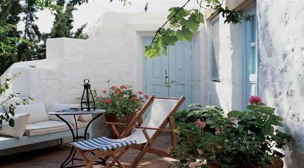 Greek courtyard greece for Small house with courtyard