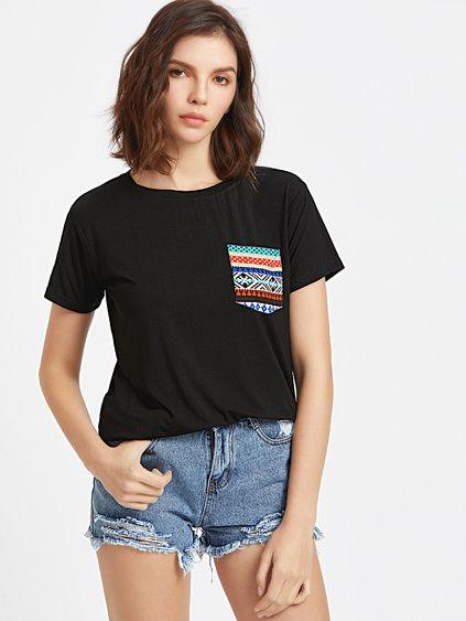 Camiseta con bolsillo estampado tribual - negro