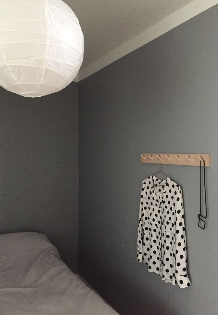 Grey bedroom. Knoppbräda från Iris hantverk.  Photo: Sara Eriksson. Instagram: lainiosara