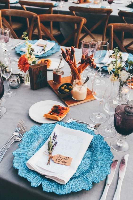 Blue Charger Plates and Mediterranean Food | Alago Events | Mallorca Wedding & Event Planner