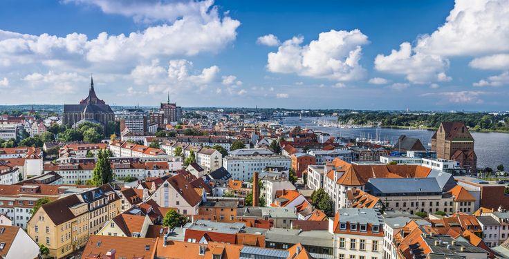 Rostock (Mecklenburg-Vorpommern): Rostock ist eine norddeutsche Hansestadt an der Ostsee. Sie liegt im Landesteil Mecklenburg des Landes Mecklenburg-Vorpommern. Die kreisfreie Stadt erhielt 1218 das Lübische Stadtrecht bestätigt. Rostock zieht sich etwa 20 Kilometer am Lauf der Warnow bis zur Ostsee entlang. Der größte bebaute Teil Rostocks befindet sich auf der westlichen Seite der Warnow. Der östliche Teil der Stadt wird durch den Überseehafen, weitere Gewerbestandorte und das Waldgebiet…