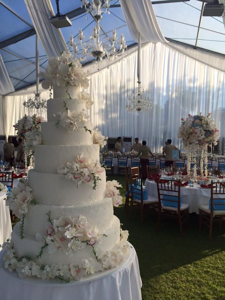 Talk about a Fairy Tale Wedding Cake! This white cake is just dreamy...