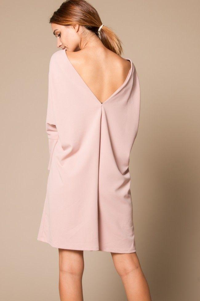Rose Dress with V Back Φόρεμα σε ροζ απόχρωση με άνοιγμα V στην πλάτη. Ελαστικό, άνετη γραμμή, one size. Το κορίτσι μας στην φωτογραφία έχει ύψος 1,74.  Σύνθεση: 95% Polyester, 5% Elastan