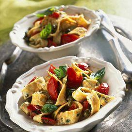 Ingredienti6 uova1 cucchiaio di parmigiano reggiano grattugiato250 g di pomodorini ciliegia2 cucchiai di capperi sotto sale1 cucchiaio di prezzemolo tritato1 piccola cipolla1 spicchio d